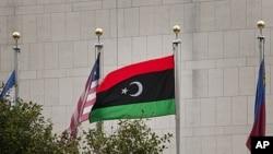 利比亞的新國旗在前任領導人卡扎菲下台後星期二首次飄揚在聯合國總部。