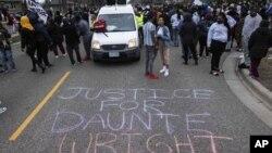 Protesti u Bruklin Centru zbog smrti Dontea Rajta( Foto: AP/Christian Monterrosa)