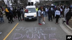 Protest u predgrađu Brooklyn Center u Mineapolisu, 11. aprila 2021. (Foto: AP/Christian Monterrosa)