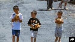 在土耳其邊界附近難民營中的敘利亞小孩