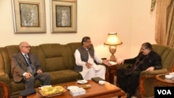 وزیر اعظم شاہد خاقان عباسی، بلوچستان کے وزیراعلیٰ کے ساتھ۔ 14 نومبر 2017