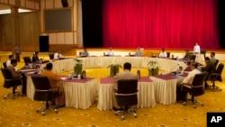 Tổng thống Myanmar Thein Sein và các đại biểu dự hội nghị bàn tròn tại dinh Tổng thống 31/10/14