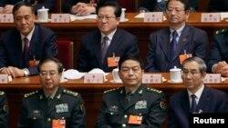 نئے وزیر دفاع (پہلی صف کے درمیان میں)