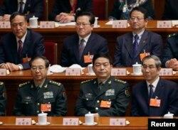 2013年3月16日,中国军队总参谋长房峰辉(前排左侧)和中国国防部长常万全(前排中间)在人大会议上。他们都是中央军委委员。