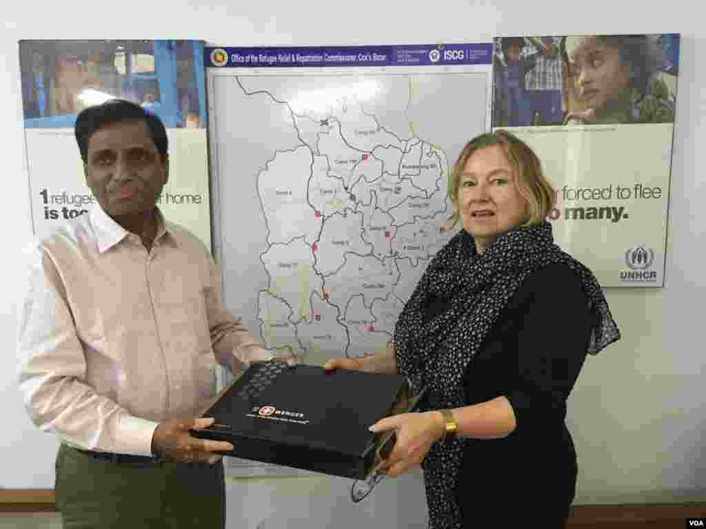 Amanda presents a gift to Mohammed Abul Kalam, Bangladesh's Refugee Relief and Repatriation Commissioner.