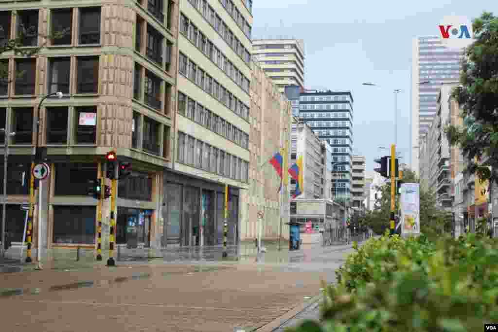 La carrera Séptima es comúnmente el punto peatonal más largo de la ciudad; el viernes permaneció en completa soledad.