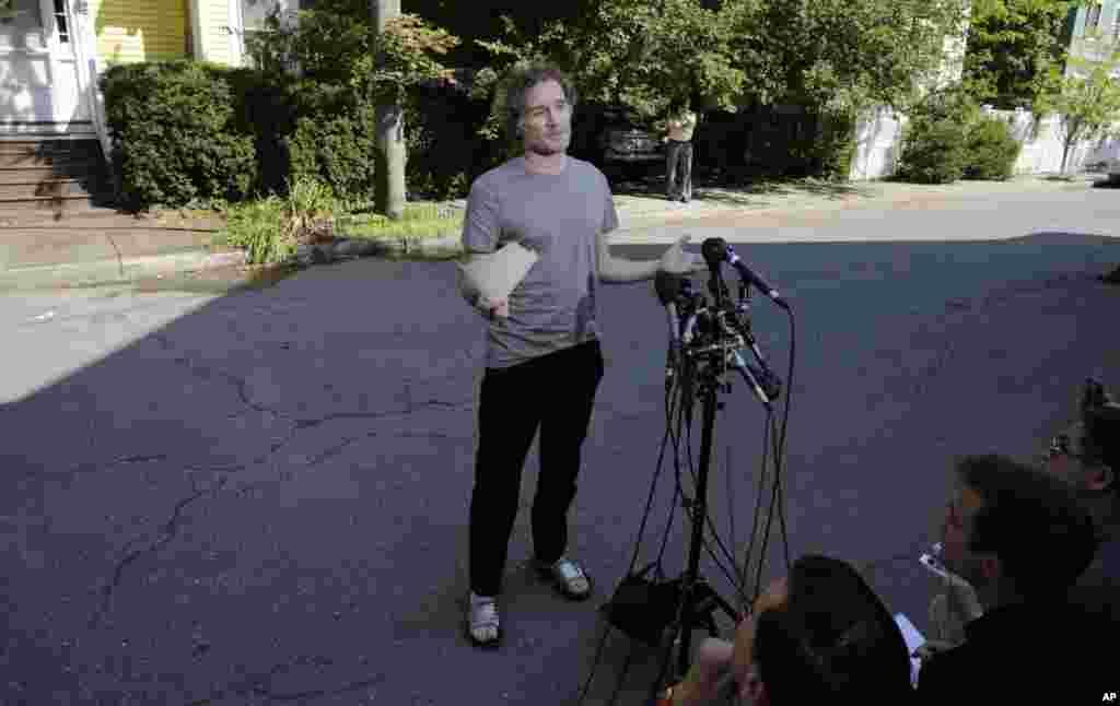 Peter Theo Curtis bertemu dengan reporter di luar rumah ibunya di Cambridge, Massachusetts, 27 Agustus 2014.