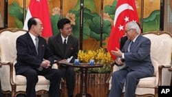 11일 싱가포르 대통령궁전에서 토니 탄 켕 얌 대통령(우)과 회담을 하는 김영남(좌) 최고인민회의 상임위원회 위원장