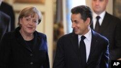 ປະທານາທິບໍດີຝຣັ່ງ ທ່ານ Nicolas Sarkozy (ຂວາ) ແລະນາຍົກລັດຖະມົນຕີເຢຍຣະມັນ ທ່ານນາງ Angela Merkel ຖະແຫຼງຂ່າວຮ່ວມກັນທີ່ທຳນຽບ Elysee ໃນກຸງປາຣີ (5 ທັນວາ 2011)