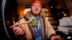 La reclasificación le costaría al estado más de 100 millones de dólares al año en ingresos no recibidos, ya que Colorado cobra una tasa impositiva mucho más ligera a la marihuana médica que a la hierba recreativa: 2,9% frente al 17,9%.
