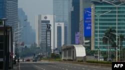 Suasana jalan-jalan protokol di Jakarta tampak lengang setelah penerapan Pembatasan Sosial Berskala Besar di tengah wabah virus corona COVID-19, Jumat, 10 April 2020. (Foto: AFP)