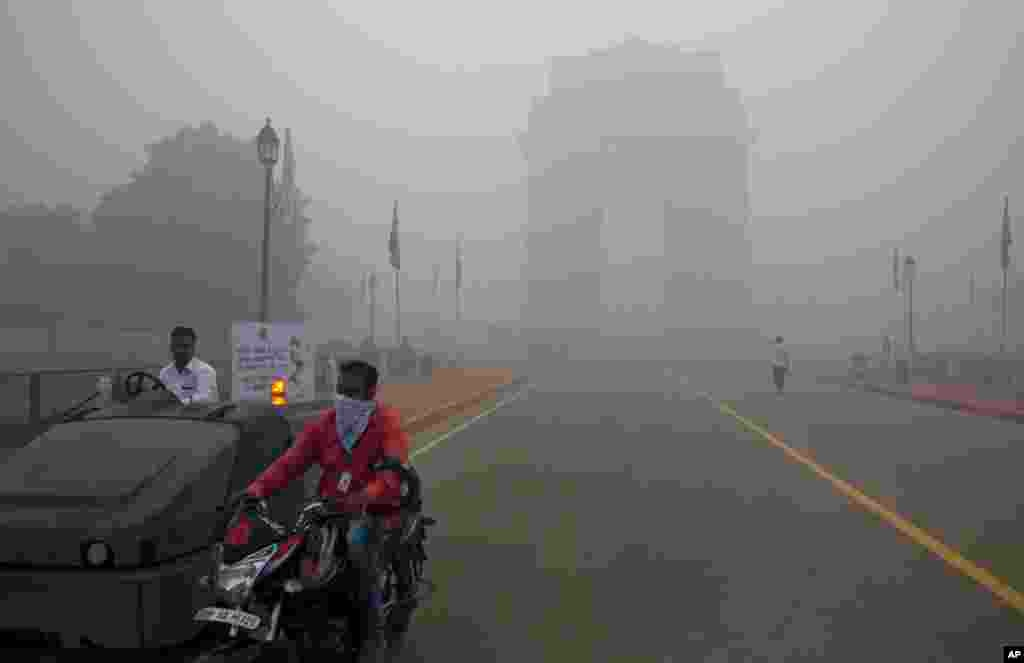 """نئی دہلی میں پائی جانے والی تازہ فضائی آلودگی """"سموگ"""" کی شرح گزشتہ 17 سالوں میں سب سے زیادہ ریکارڈ کی گئی ہے۔"""