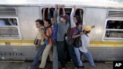 รถไฟในเมืองหลวงอินโดนีเซียแออัดจนผู้โดยสารต้องขึ้นไปนั่งบนหลังคาตู้รถไฟ