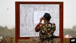 16일 네팔 카트만두의 육군 병원에서 한 군인이 부상자 명단을 사진으로 찍고 있다.