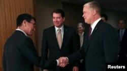 14일 도쿄를 방문한 스티븐 비건 미국 국무부 대북정책 특별대표(오른쪽)가 고노 다로 일본 외무상과 만나 악수하고 있다.