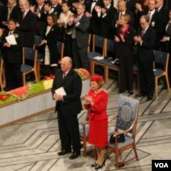 挪威国王和王后及全体来宾起立为刘晓波鼓掌(美国之音王南拍摄)