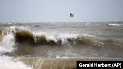 سمندر سے بپھری ہوئی لہروں کے تندو تیز ریلے ساحلی علاقوں میں تباہی مچا رہے ہیں۔ 2 ستمبر 2019