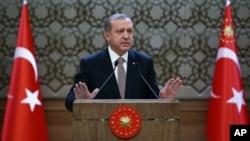 Presiden Turki Recep Tayyip Erdogan berbicara pada pemerintahan setempat di istananya di Ankara, Turki (26/11). (AP/Kayhan Ozer)