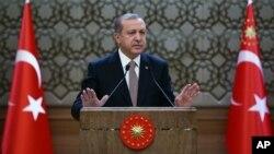 Turkiya Prezidenti Rajab Toyib Erdog'an urib tushirilgan Rossiya samolyoti uchun kechirim so'rashdan bosh tortib kelmoqda.