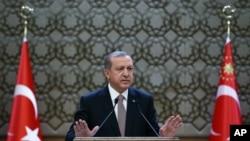 លោកប្រធានាធិបតីតួកគី Recep Tayyip Erdogan ថ្លែងទៅកាន់រដ្ឋបាលថ្នាក់តំបន់នៅក្នុងក្រុងអង់ការ៉ា (Ankara) ប្រទេសតួកគី កាលពីថ្ងៃទី២៦ ខែវិច្ឆិកា ឆ្នាំ២០១៥។