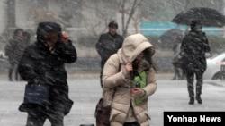 최저기온이 영하 7도까지 떨어진 한국 대전 지역에 18일 매서운 칼바람과 함께 눈발이 날리고 있다.