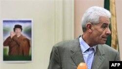 Kryengritësit libianë festojnë dezertimin e dy zyrtarëve të lartë libianë