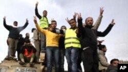 군 탱크를 차지한 벵가지의 반정부 시위대