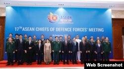 Thượng tướng Phan Văn Giang và các đại biểu chụp ảnh chung trước khi tham dự hội nghị trực tuyến Tư lệnh Lực lượng Quốc phòng các nước ASEAN lần thứ 17 (ACDFM-17) tại đầu cầu Hà Nội, ngày 24/09/2020. Photo QDND.
