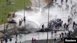 Abajejwe umutekano muri Venezuela, bariko barahangana n'abari mu myiyerekano.