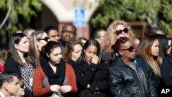 Una multitud guarda un momento de silencio en honor de los trabajadores del Condado de San Bernardino que fueron asesinados en el Centro Regional Inland en San Bernardino, California.