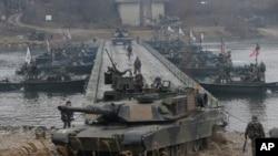 美國陸軍的M1A2坦克在美韓聯合軍演中渡過漢灘江。(2015年12月10日)