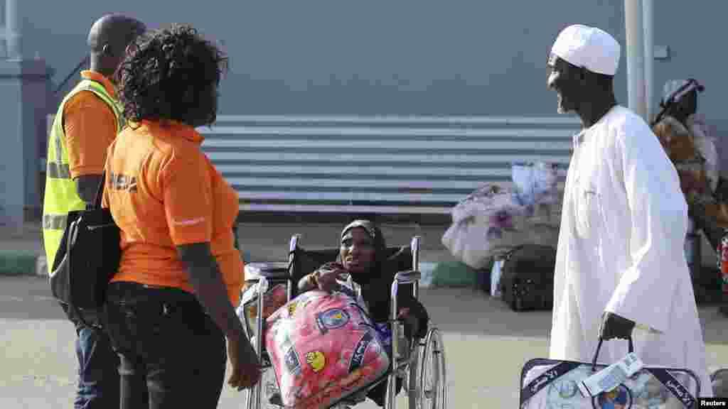 'Yan Najeriya da aka taso keyarsu daga Saudiya sun isa filin saukan jiragen sama dake Abuja ranar 25 ga watan Disamba na 2013.