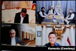 Maulvi Abdul S. Hanafi, Deputy Head PO, IEA dan delegasi pendampingnya bertemu dengan Mr. Abdul Qadir Jilani, Wakil Menteri Luar Negeri RI dan delegasi pendampingnya membahas proses perdamaian yang sedang berlangsung dan status quo Afghanistan. (Foto: Cou