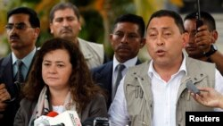 Menteri Dalam Negeri Guatemala Mauricio Lopez (kanan) didampingi oleh Jaksa Agung Claudia Paz y Paz (kiri), dalam konferensi pers di Pangkalan Angkatan Udara, Guatemala (4/12).