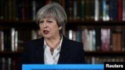 Premye Minis Britanik la, Theresa May, pandan li tap fè yon diskou kanpay nan sant Lond, 5 jen 2017.