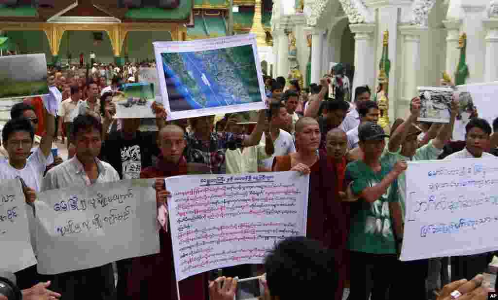 Các tu sĩ Phật giáo và người sắc tộc Rakhine cầu nguyện cho nạn nhân thiệt mạng trong các vụ đụng độ sắc tộc tại chùa Shwedagon ở Rangoon, Miến Điện, ngày 10/6/2012