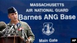 El Coronel James Keefe, comandante del 104o. Escuadrón del Aire de la Guardia Nacional de Massachusetts da una conferencia de prensa sobre el accidente del F-15C que se estrelló en Virginia.