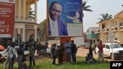 中非共和國總統博齊澤的支持者12月28日在首都班吉站在他的一幅巨型畫像下