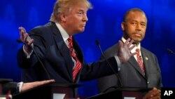 共和党总统参选人川普(左)在科罗拉多大学辩论发言时卡森(右)在旁观看。(2015年10月28日)