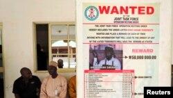 나이지리아 바가 빌리지에 걸려있는 보코하람 지도자 아부바카르 셰카우의 현상수배지. (자료사진)