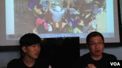 北區水貨客關注組發言人梁金成(右)展示走私水貨客公然分派奶粉(湯惠芸)