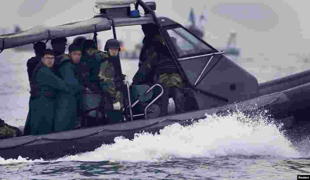 18일 전라남도 진도 해상에서 구조대원들이 여객선 세월호 생존자 수색 작업을 벌이고 있다.