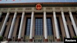 中國保安在正在舉行中國人大會議的北京人大會堂外站崗。(2020年5月25日)