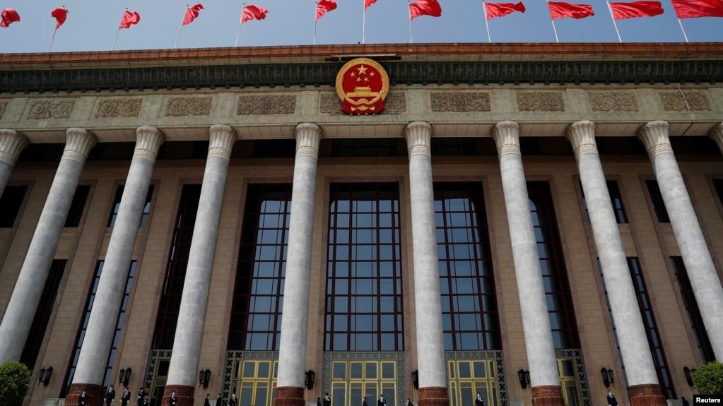 中国保安在正在举行中国人大会议的北京人大会堂外站岗。(2020年5月25日)