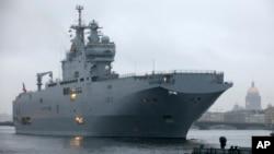 Fransa'nın Rusya'ya satmaya hazırlandığı Mistral savaş gemileri AB'nin uygulama kararı aldığı silah ambargosu kapsamına alınmadı.