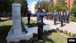 Ambasador SAD na Ksoovu Filip Kosnet i premijer Kosova Avdulah Hoti polažu venac na spomenik žrtvama terorističkih napada na SAD 11. seprembra 2001, u Prištini 11. septembra 2020. (Foto: VOA)