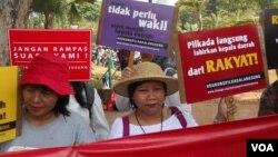 Aksi tolak Pilkada oleh DPRD di seberang Istana Merdeka Jakarta, Selasa, 16 September 2014 (Foto: VOA/Andylala)