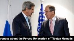 Menlu AS John Kerry (kiri) dan Menlu Rusia, Sergey Lavrov saat melakukan pertemuan di Basel, Swiss minggu lalu (4/12). Rusia mengecam rencana AS memberikan bantuan militer bagi Ukraina.