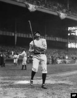 베이브 루스가 지난 1920년 뉴욕 양키스 이적 직후 옛 양키스타디움에서 타격 연습을 하고 있다.