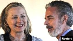 La secretaria de Estado, Hillary Clinton sonríe junto al canciller de Brasil, Antonio Patriota, en la cancillería brasileña.